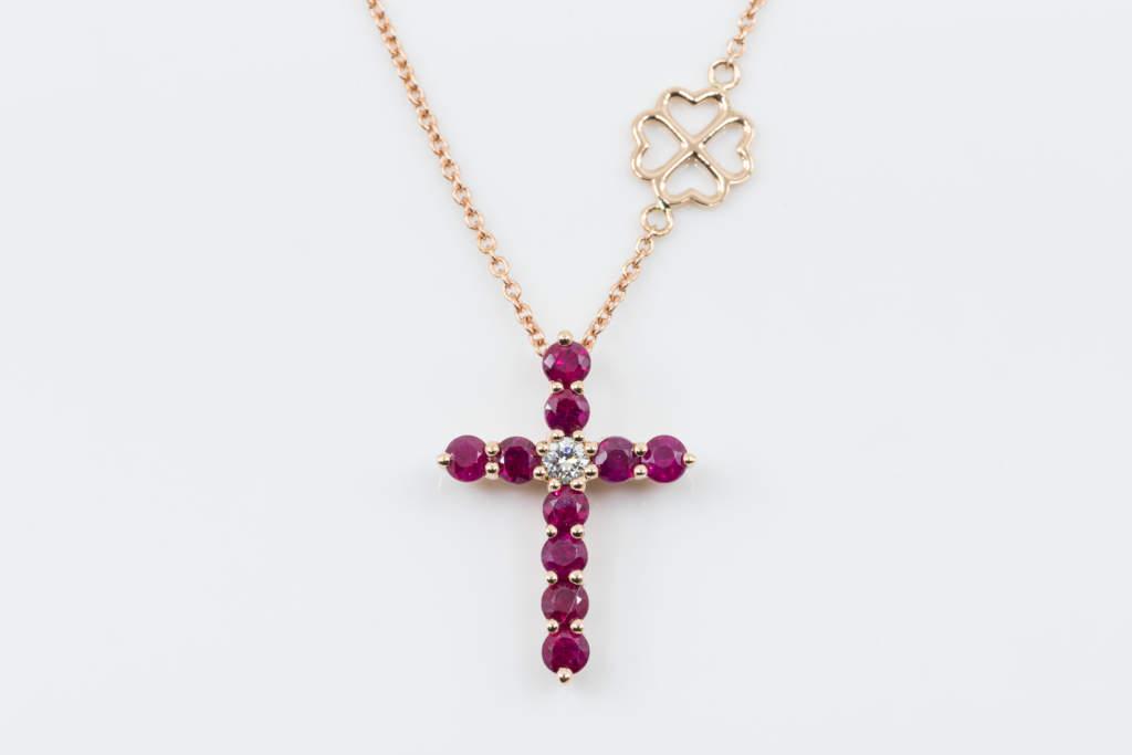 Collana Croce Fidelis Rubini - Oro Rosa Diamante - grande main - Casavola - Gioiellieri dal 1882 - Noci