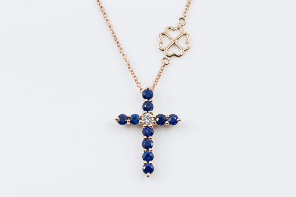 Collana Croce Fidelis Zaffiri - Oro Rosa Diamante - grande main - Casavola - Gioiellieri dal 1882 - Noci