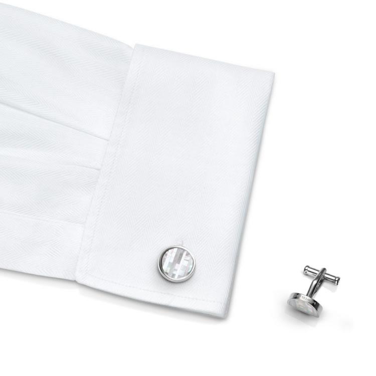 Gemelli camicia Montblanc 109499 madreperla - indossato - main - Casavola - Gioiellieri dal 1882 - Noci