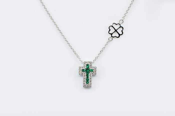 Collana croce Angelus bianco smeraldi - Gioielleria Casavola Noci - idea regalo battesimo - diamanti