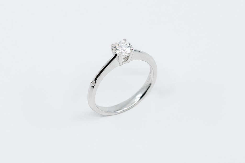 Anello solitario 4 griffe diamantino laterale - Gioielleria Casavola Noci - idea regalo fidanzamento