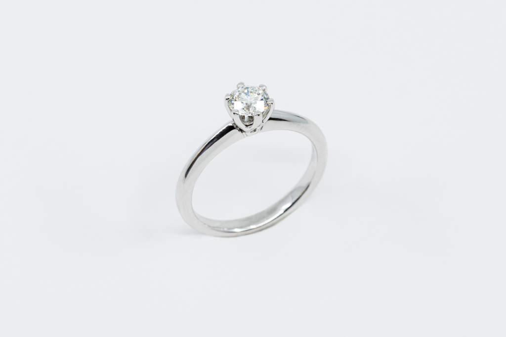 Anello solitario 6 griffe - Diamante Certificato - Proposta di Matrimonio - Gioielleria Casavola Noci