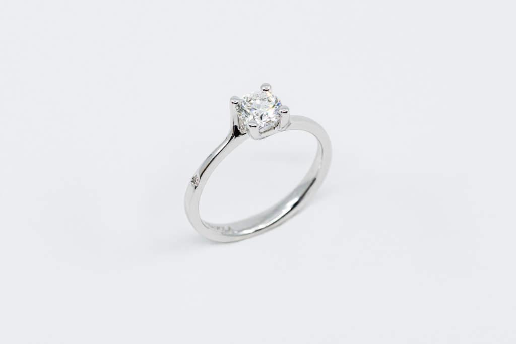 Anello solitario con brillante - Gioielleria Casavola Noci - Idea proposta di matrimonio