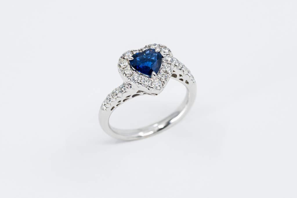Anello cuore zaffiro con diamanti Prestige - Gioielleria Casavola Noci - idea regalo anniversario importante