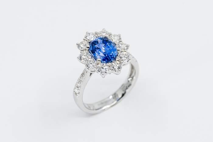 Anello zaffiro ovale con diamanti Prestige - Gioielleria Casavola Noci - idea regalo donne importante moglie fidanzata