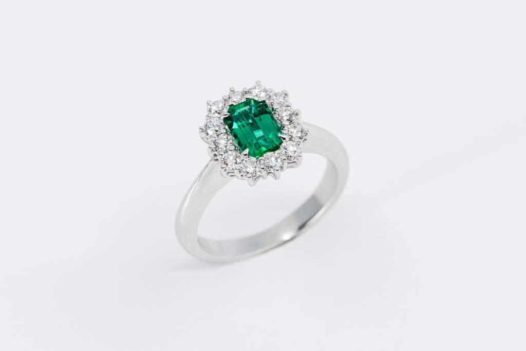 Crivelli anello rosetta smeraldo diamanti - Gioielleria Casavola Noci - idea regalo donna matrimonio
