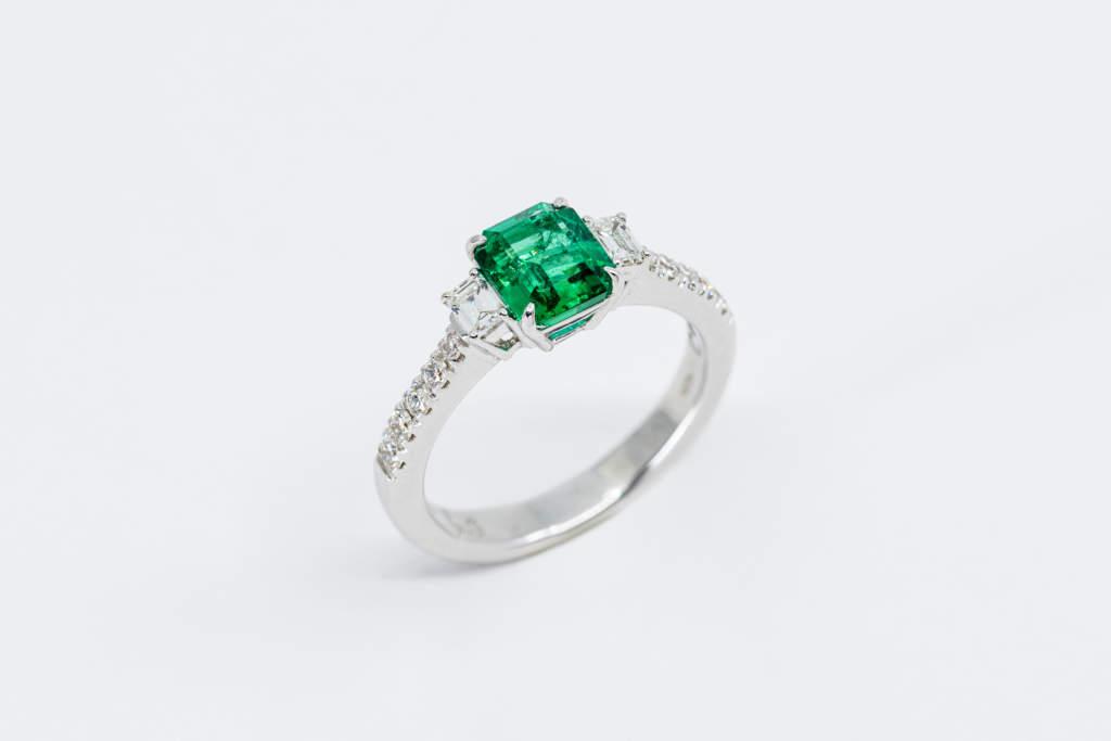 Crivelli anello smeraldo con diamanti baguette - Gioielleria Casavola Noci - idea regalo donna importante