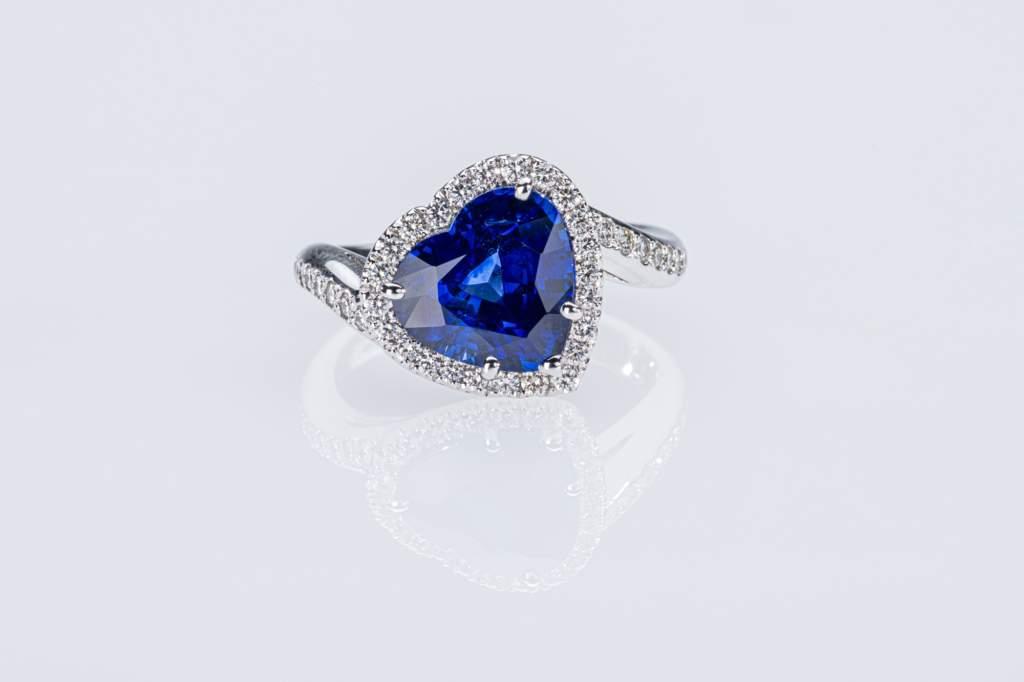 Crivelli anello zaffiro Royal Blue cuore con diamanti - Gioielleria Casavola di Noci - Gioiello da regalare per anniversario