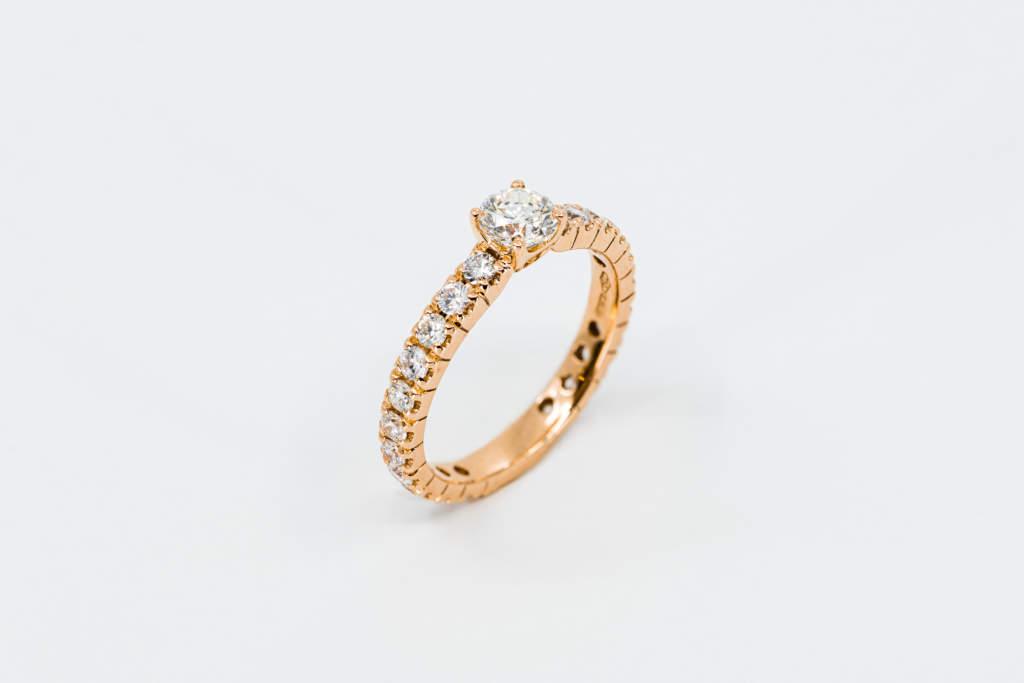 Fedina diamanti girodito Rosé - anello solitario in oro rosa - Gioielleria Casavola Noci - main - regalo fidanzamento
