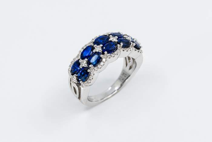 Anello fascione zaffiri ovalini Prestige oro bianco | Gioielleria Casavola Noci | idea regalo matrimonio donna | gioiello importante