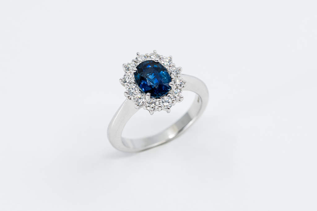 Anello rosetta zaffiro diamanti Prestige oro bianco | Gioielleria Casavola Noci | idea regalo donne