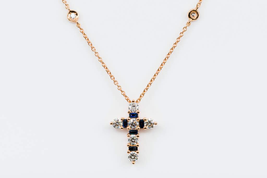 Collana Croce Fidelis Rose Zaffiri e Diamanti - Gioielleria Casavola Noci - idee regalo battesimo o comunione importante