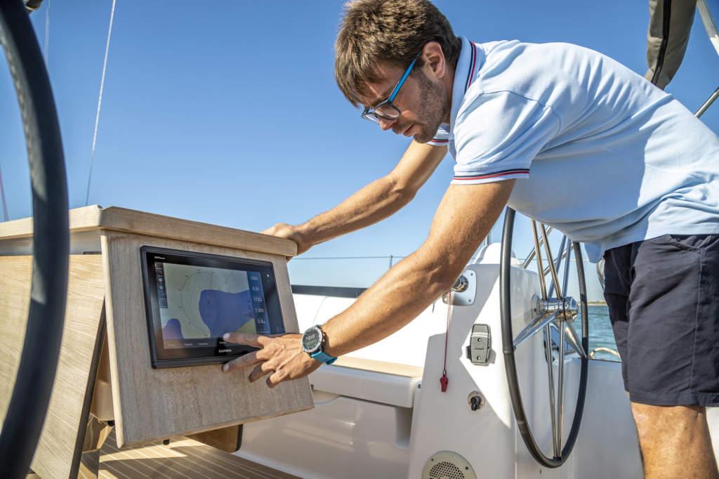 Garmin Quatix 6 - Smartwatch GPS per la nautica - Casavola - Gioiellieri dal 1882 - Noci - Immagine Promozionale Barca
