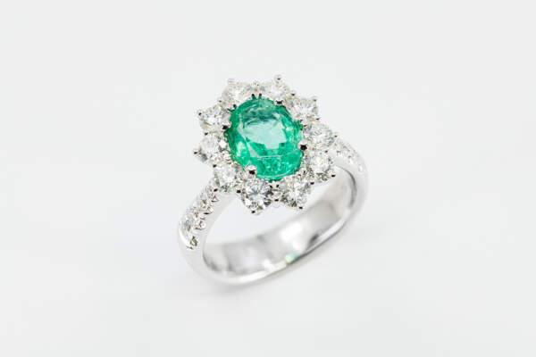 Anello smeraldo ovale con diamanti Prestige - Gioielleria Casavola Noci - idee regalo donne per occasioni importanti