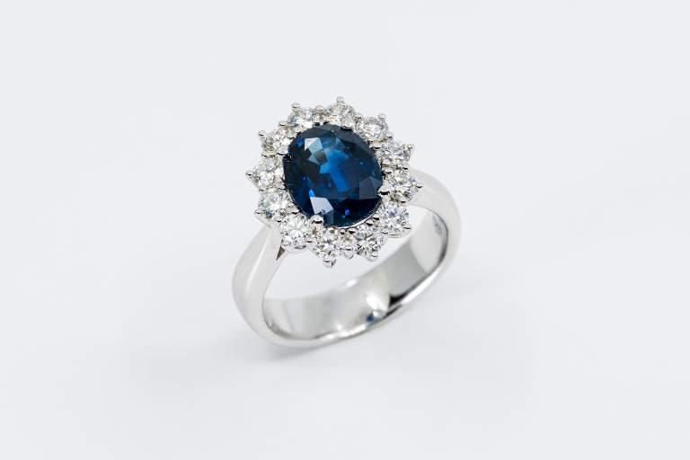 Anello zaffiro blu intenso Prestige - Gioielleria Casavola Noci - idee regalo donne per occasioni importanti