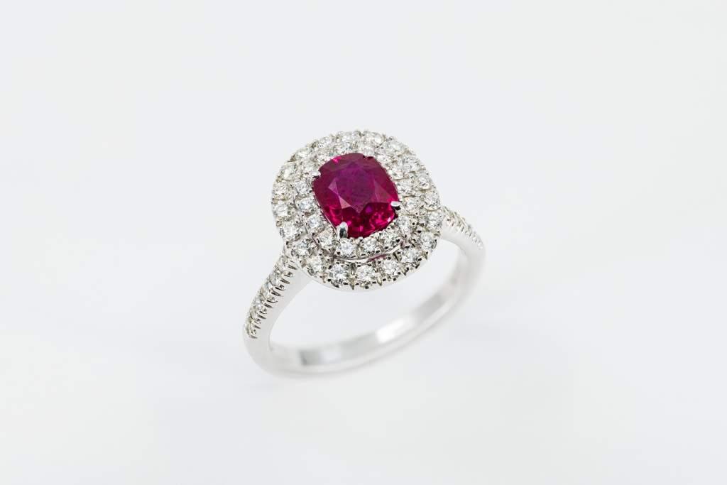 Anello rubino contorno diamanti Prestige - Gioielleria Casavola Noci - idee regalo donne per occasioni importanti - main