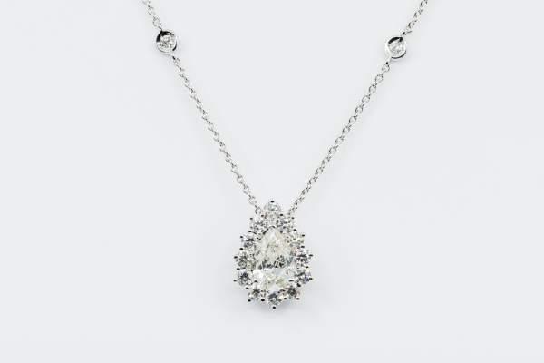 Collana diamante goccia pavé Prestige - Gioielleria Casavola Noci - idee regalo donne - per occasioni importanti