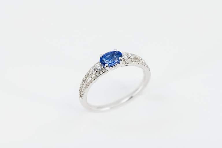 Crivelli anello zaffiro pavé classico - Gioielleria Casavola Noci - idee regalo donne - main
