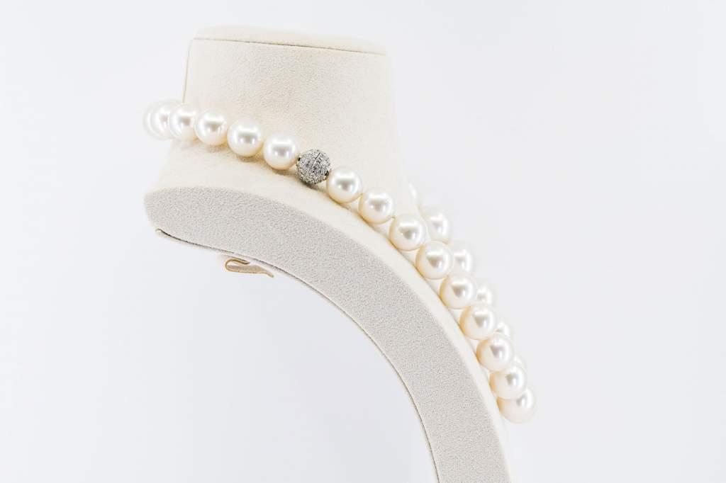 Collana girocollo perle australiane bianche Prestige - Gioielleria Casavola Noci - idee regalo anniversario matrimonio - chiusura oro bianco