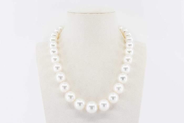 Collana girocollo perle australiane bianche Prestige - Gioielleria Casavola Noci - idee regalo anniversario matrimonio - main