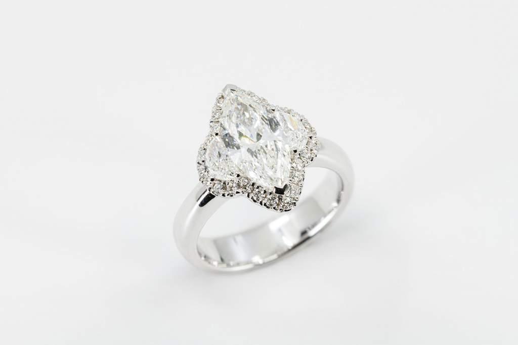 Anello diamante marquise Prestige - Gioielleria Casavola Noci - high end luxury jewelry - idee regalo donne - main